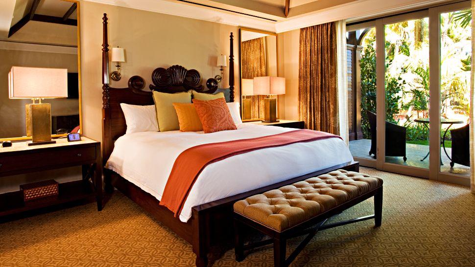 006990-01-bedroom-king-bed